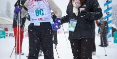 Special Olympics GaPa 2013 - Skilanglauf - 90 Athlet Arthur Bidingmeier wird im Ziel nach dem 3 km Lauf von einer Helferin empfangen