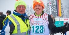 Special Olympics GaPa 2013 - Skilanglauf - 123 Athlet Gerhard Enzelberger mit seinem Coach Martin Gumpp im Ziel nach dem 3km Lauf