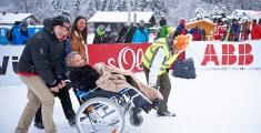 Special Olympics GaPa 2013 - Skilanglauf - Volunteer Nico Tolle hilft Frau Brigitte Lohse altester Fan (89 Jahre) zum Ziel