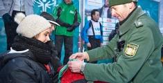 Special Olympics GaPa 2013 - Skilanglauf - POK Schwinghammer (Polizei Garmisch) verleiht offiziell Medallien