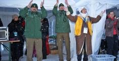 Special Olympics GaPa 2013 - Skilanglauf - Siegerehrung : PHK Binder, Sein Kollege POK Schwinghammer von der Polizei Garmisch und Angelika Putz-Ollendorf vom Lionsclub Garmisch-Partenkirchen Werdenfels  - Tanzen zur Hymne der Special Olympics