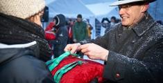 Special Olympics GaPa 2013 - Skilanglauf - Herr Wurl  - Leiter des St. Irmengard Gymnasiums bei der Medaillenvergabe