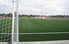 Fußball auf dem Grün im Arena Sportpark.