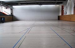 Im Marie-Curie-Gymnasium werden die Bocciabahnen aufgebaut.