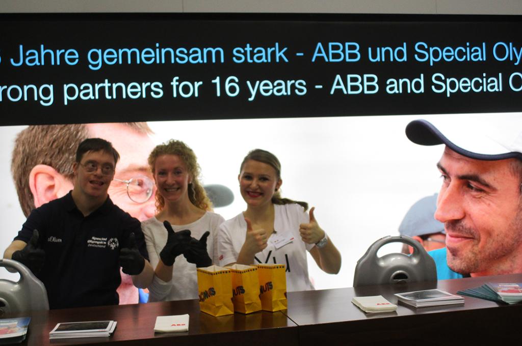 Jörg Trute hat zusammen mit zwei Helferinnen am Stand des SOD Premium Partner ABB auf der Hannover Messe Donuts an die Besucher verteilt. (Foto: privat)