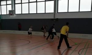 Floorball ist ein schneller Laufsport für alle Athleten und Athletinnen